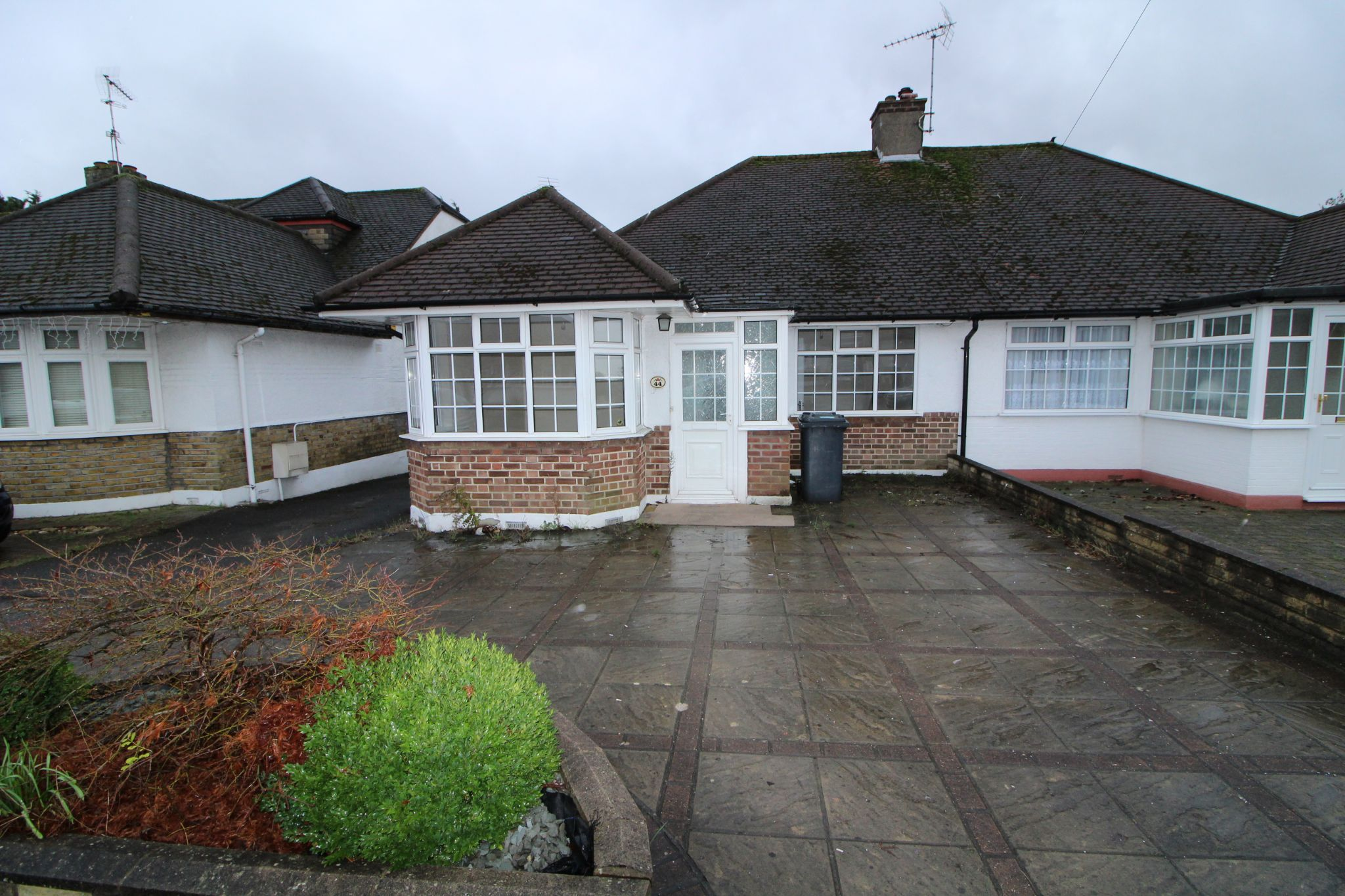 2 bedroom semi-detached bungalow For Sale in Potters Bar - Property photograph