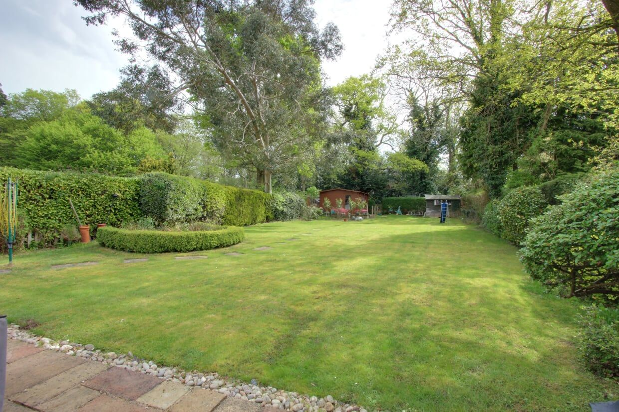 5 bedroom detached house For Sale in Brookmans Park - Photograph 9