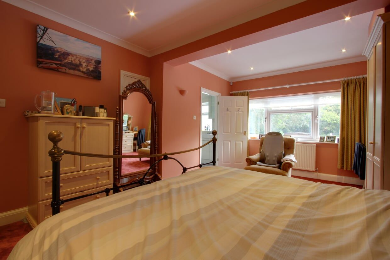 5 bedroom detached house For Sale in Brookmans Park - Photograph 17