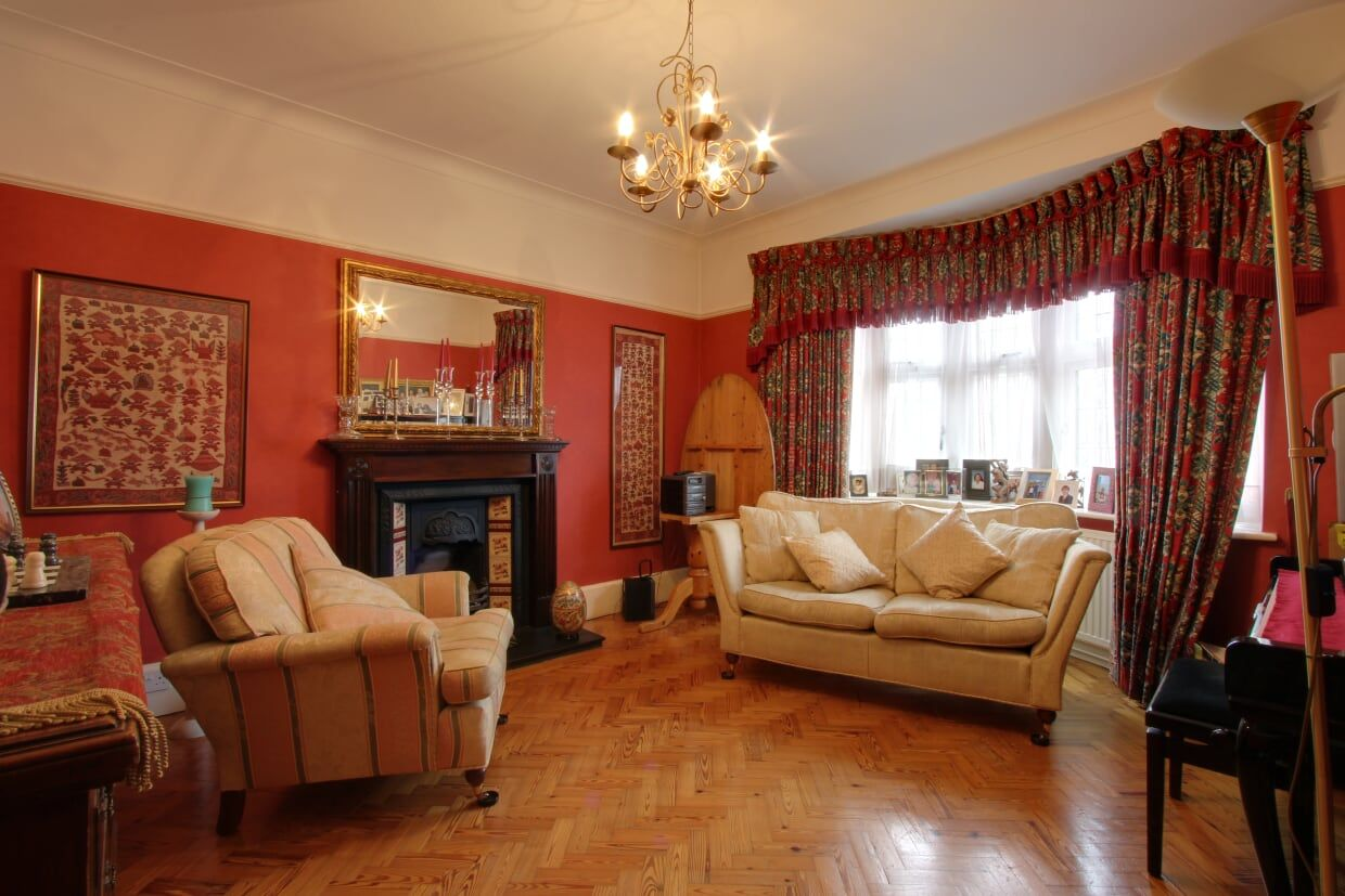 5 bedroom detached house For Sale in Brookmans Park - Photograph 4