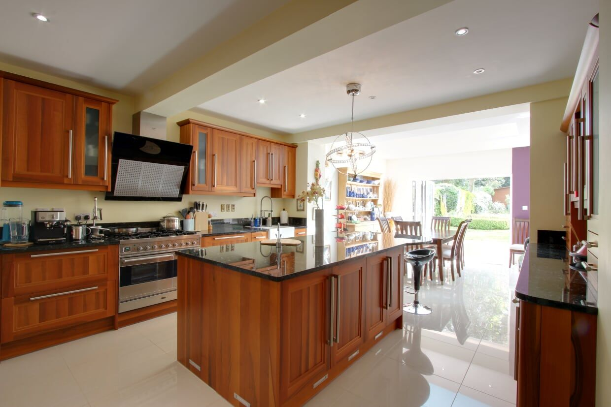 5 bedroom detached house For Sale in Brookmans Park - Photograph 7