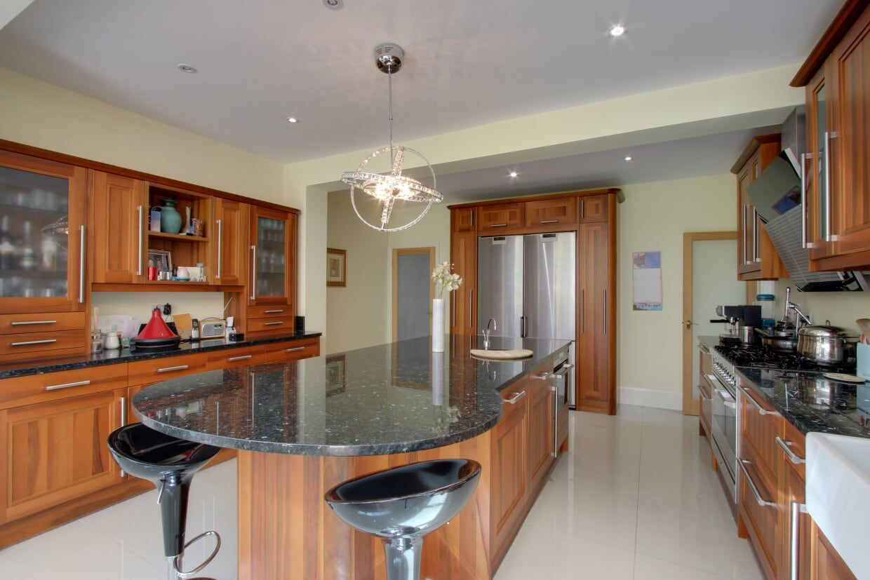 5 bedroom detached house For Sale in Brookmans Park - Photograph 8