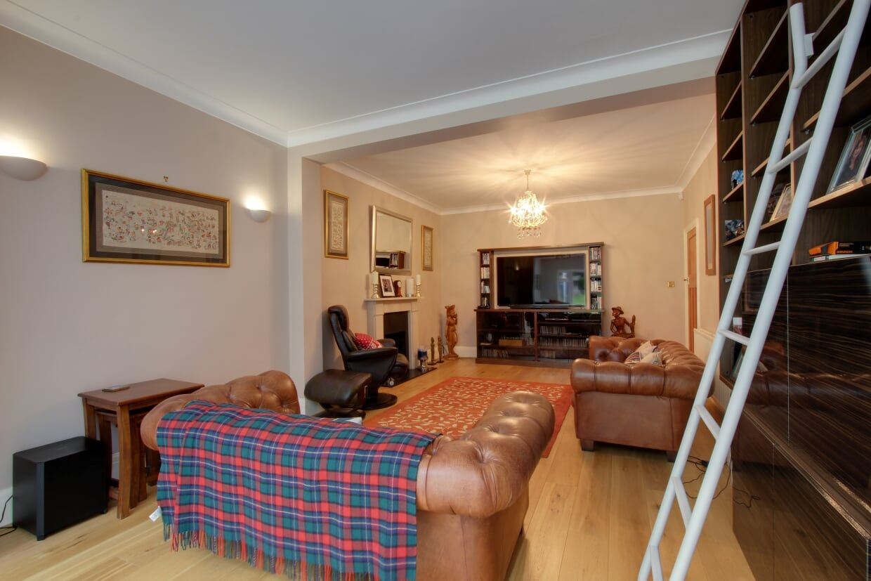 5 bedroom detached house For Sale in Brookmans Park - Photograph 5