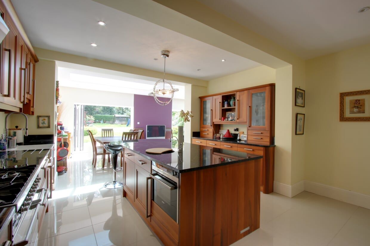 5 bedroom detached house For Sale in Brookmans Park - Photograph 6