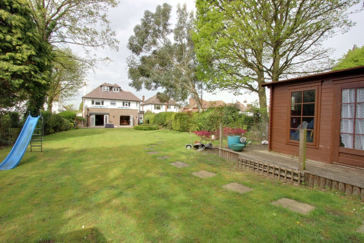 5 bedroom detached house For Sale in Brookmans Park - Photograph 12