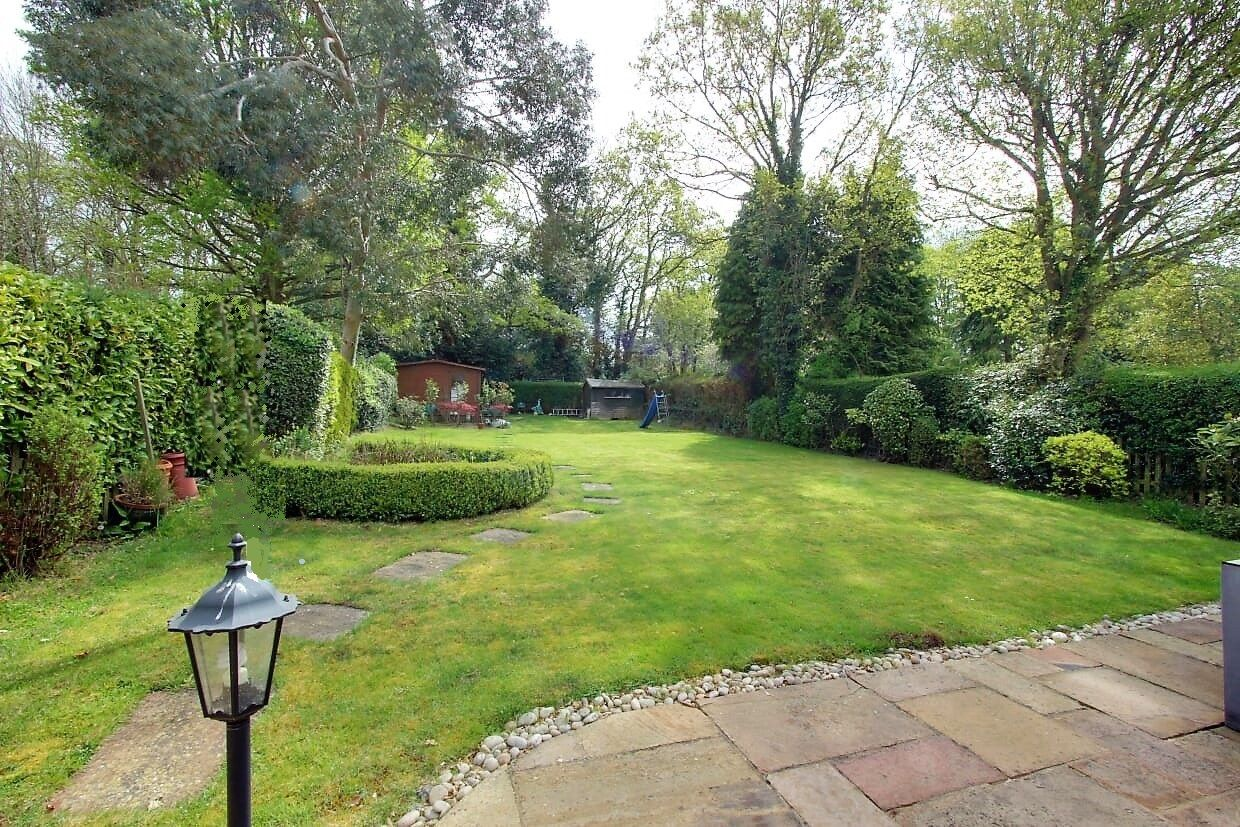 5 bedroom detached house For Sale in Brookmans Park - Photograph 19