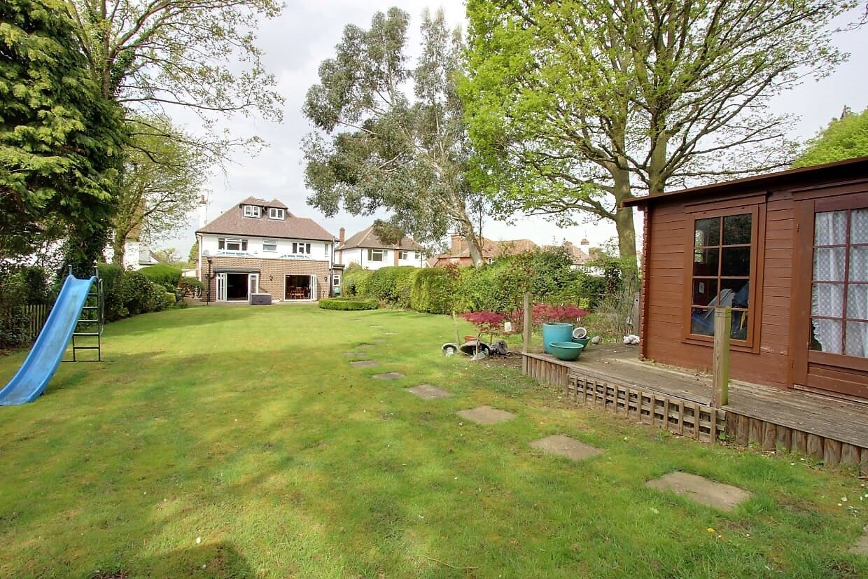 5 bedroom detached house For Sale in Brookmans Park - Photograph 20