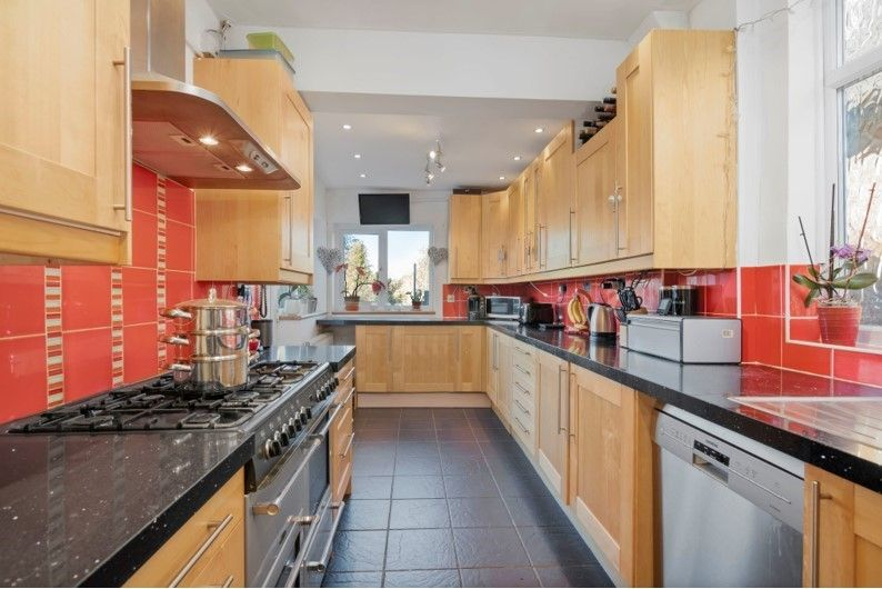 3 bedroom detached house For Sale in Potters Bar - Property photograph