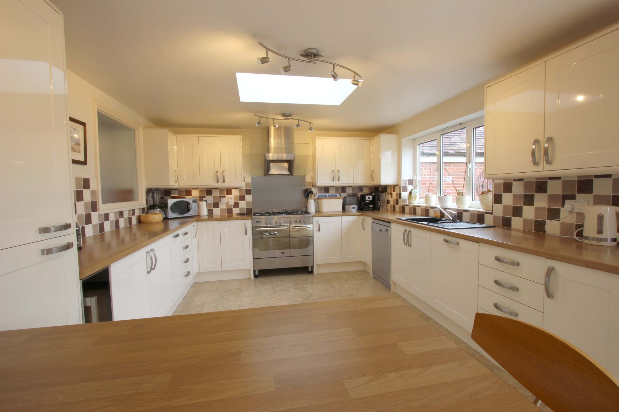 4 bedroom chalet house SSTC in Potters Bar - Photograph 5