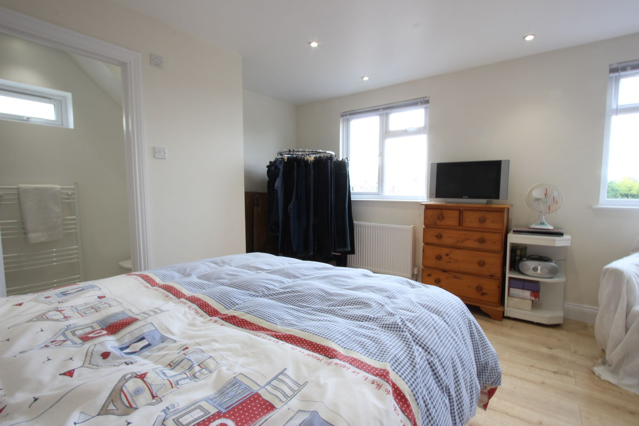 4 bedroom chalet house SSTC in Potters Bar - Photograph 6