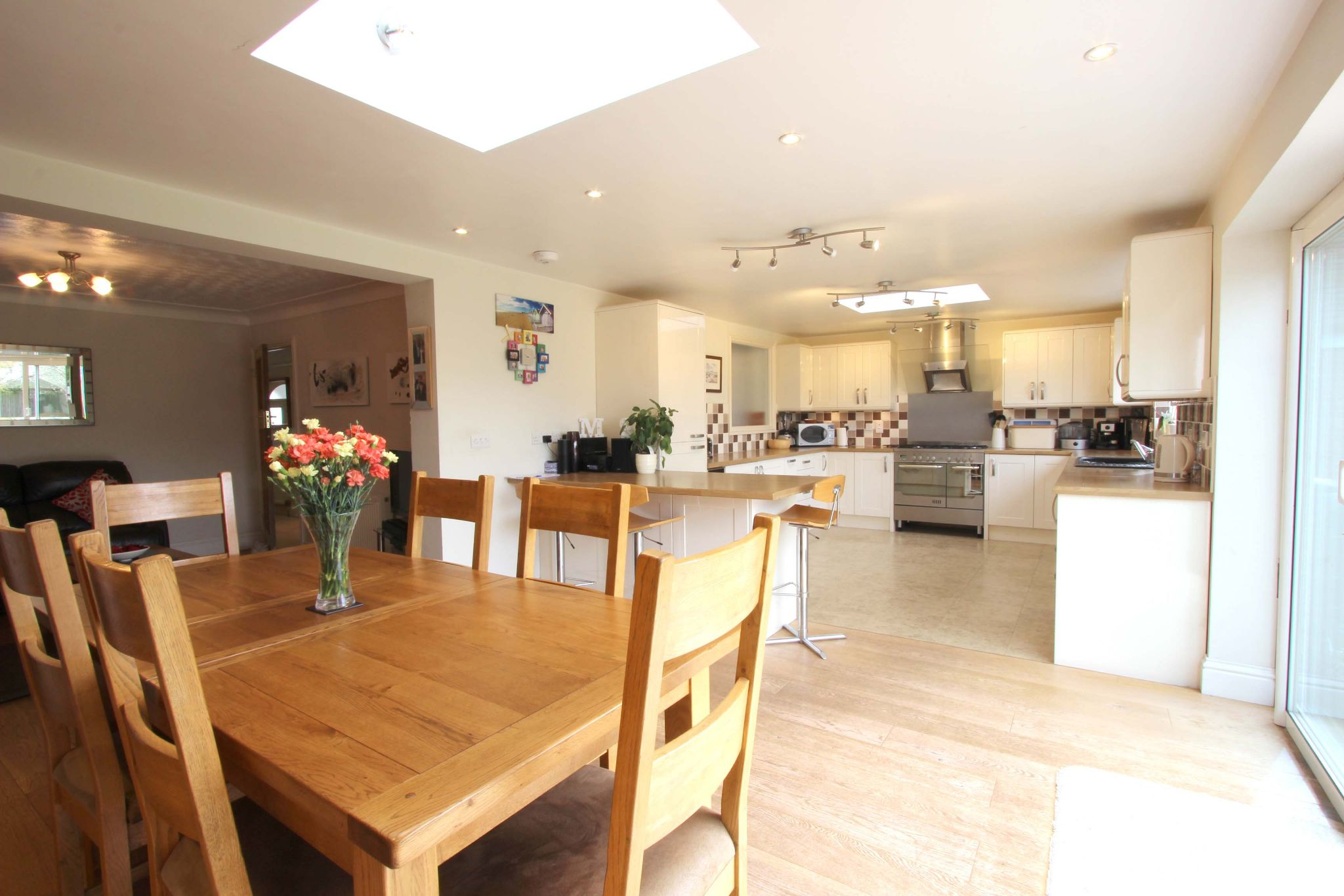4 bedroom chalet house SSTC in Potters Bar - Photograph 2