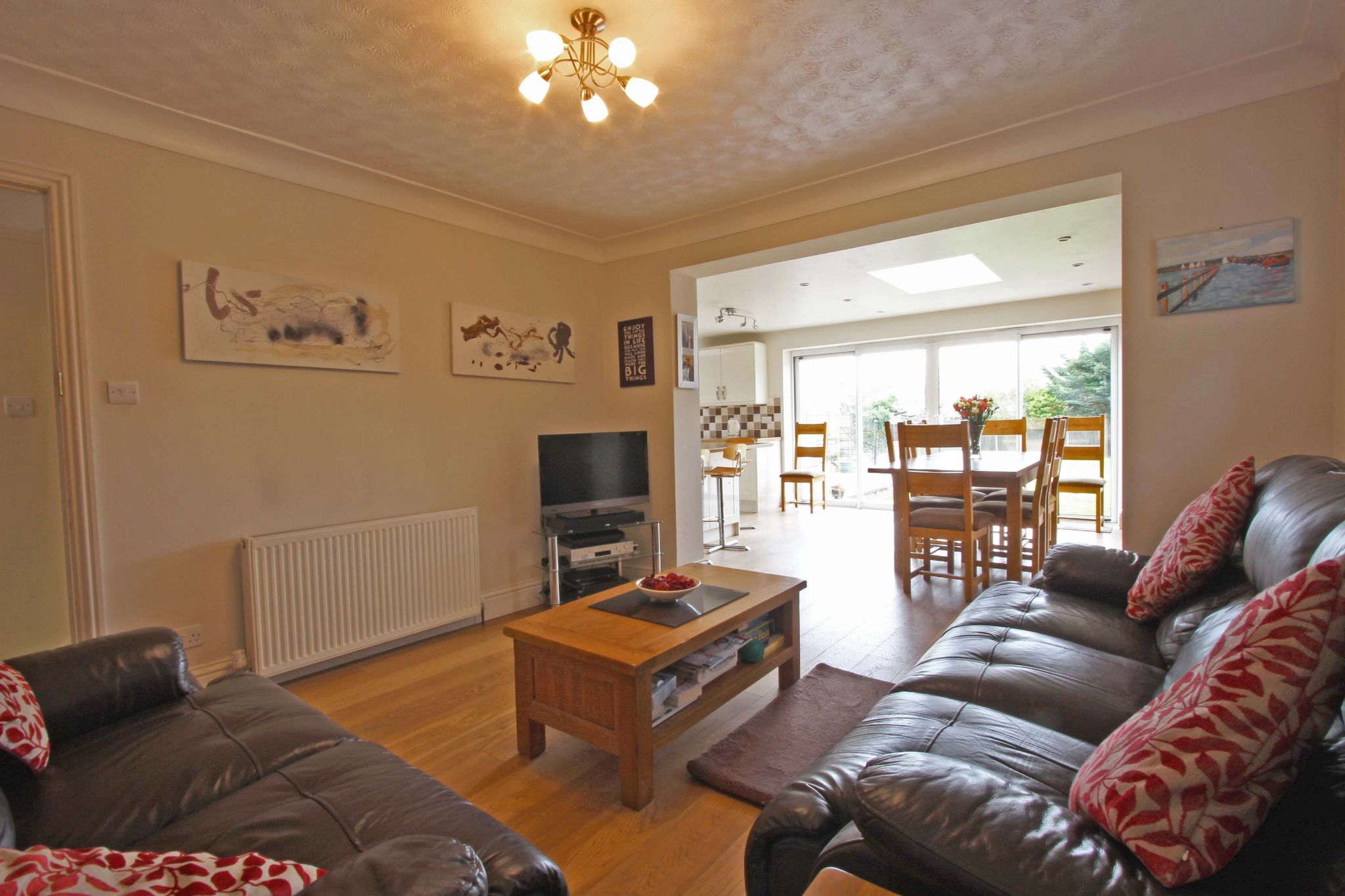 4 bedroom chalet house SSTC in Potters Bar - Photograph 4