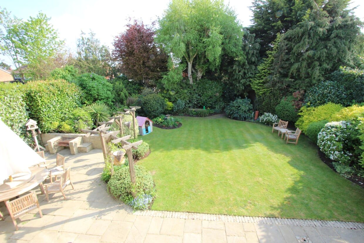 4 bedroom detached house Sale Agreed in Potters Bar - Photograph 11