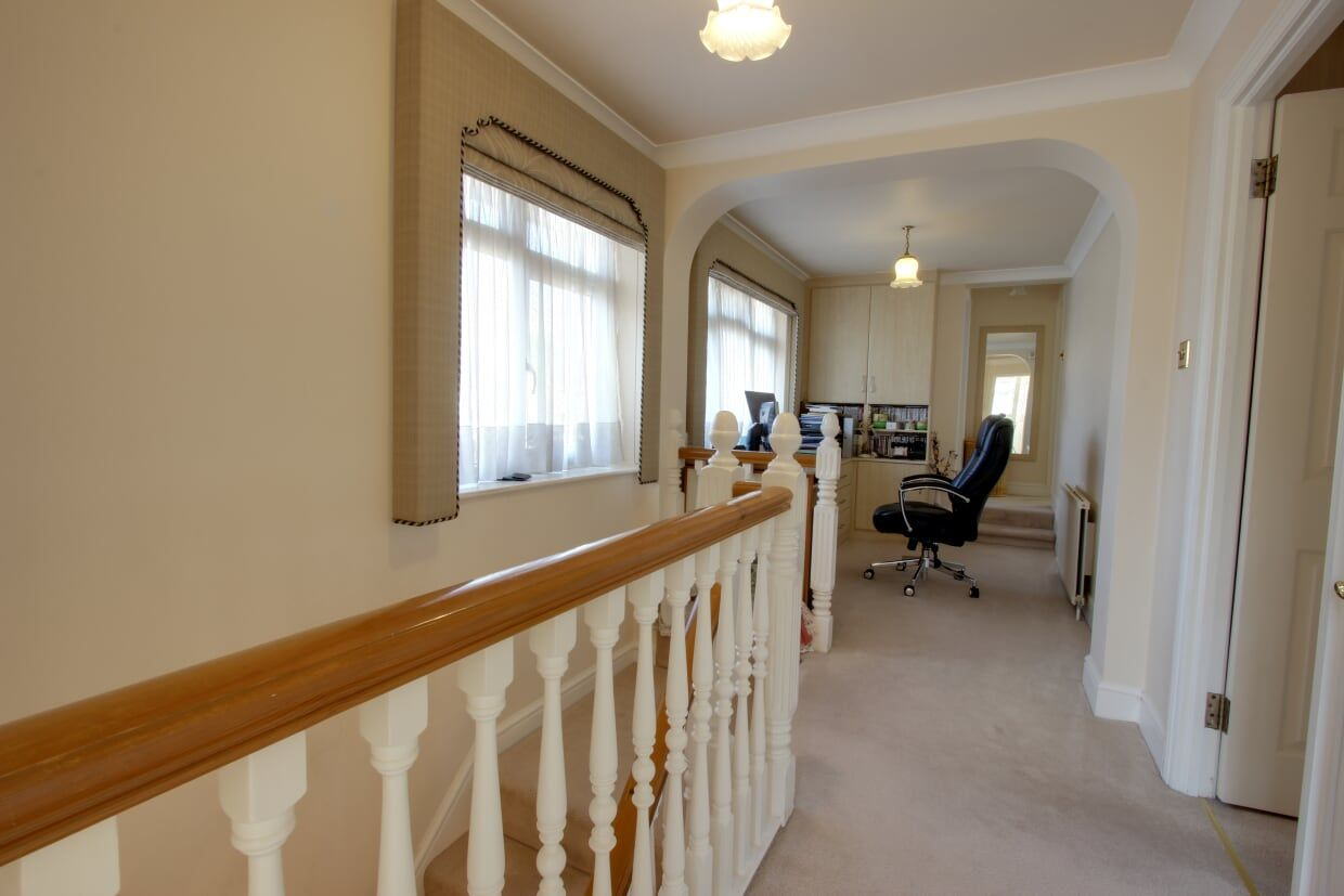 4 bedroom detached house Sale Agreed in Potters Bar - Photograph 8