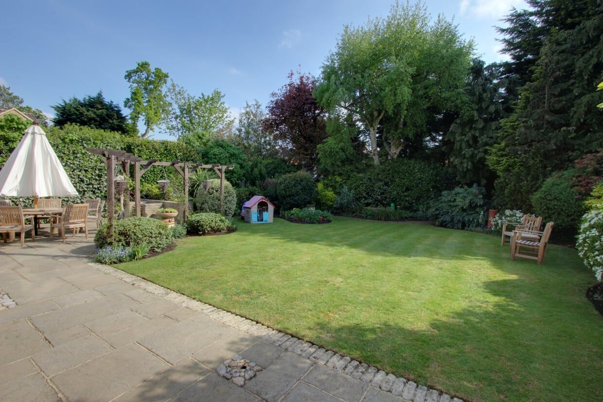 4 bedroom detached house Sale Agreed in Potters Bar - Photograph 9