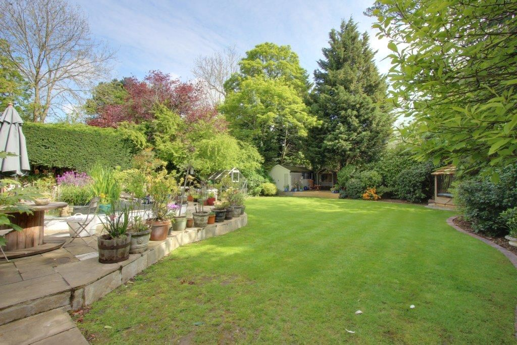 5 bedroom detached house Sale Agreed in Brookmans Park - Photograph 4