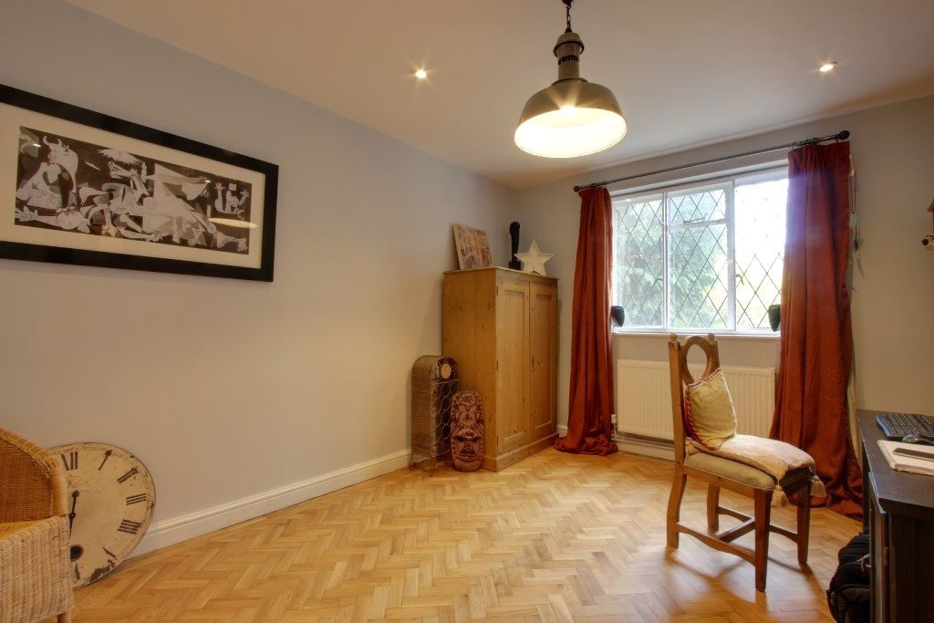 5 bedroom detached house Sale Agreed in Brookmans Park - Photograph 11