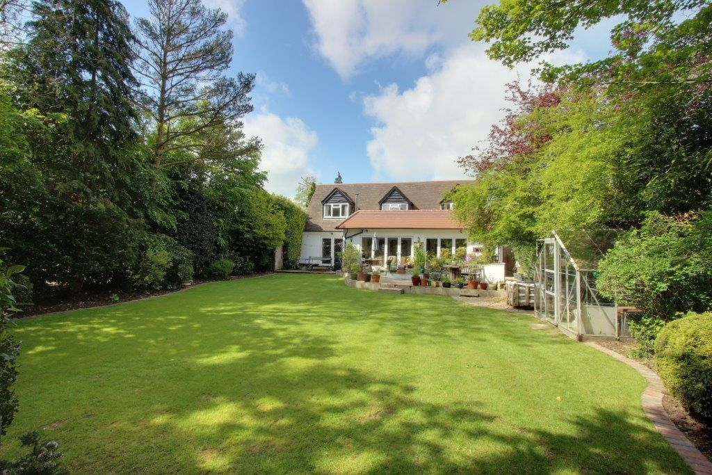 5 bedroom detached house Sale Agreed in Brookmans Park - Photograph 3