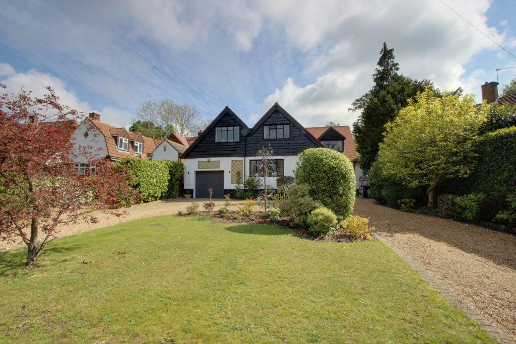 5 bedroom detached house Sale Agreed in Brookmans Park - Property photograph