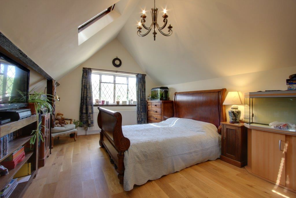 5 bedroom detached house Sale Agreed in Brookmans Park - Photograph 15