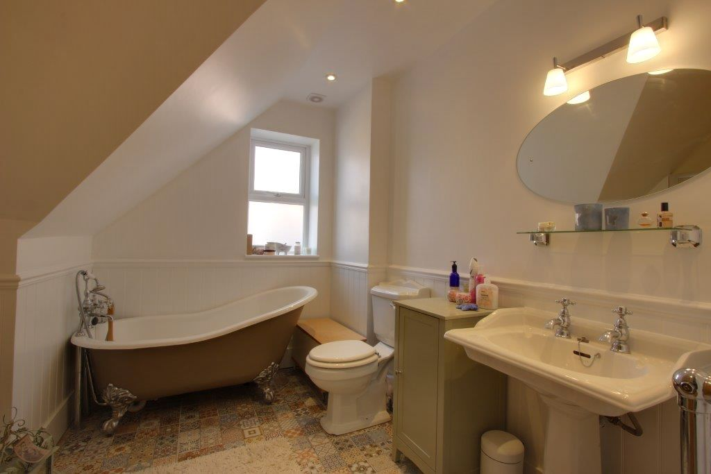5 bedroom detached house Sale Agreed in Brookmans Park - Photograph 13