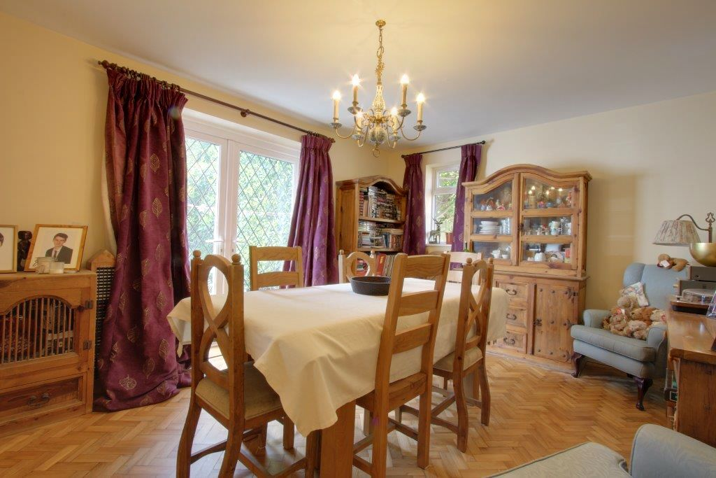 5 bedroom detached house Sale Agreed in Brookmans Park - Photograph 7