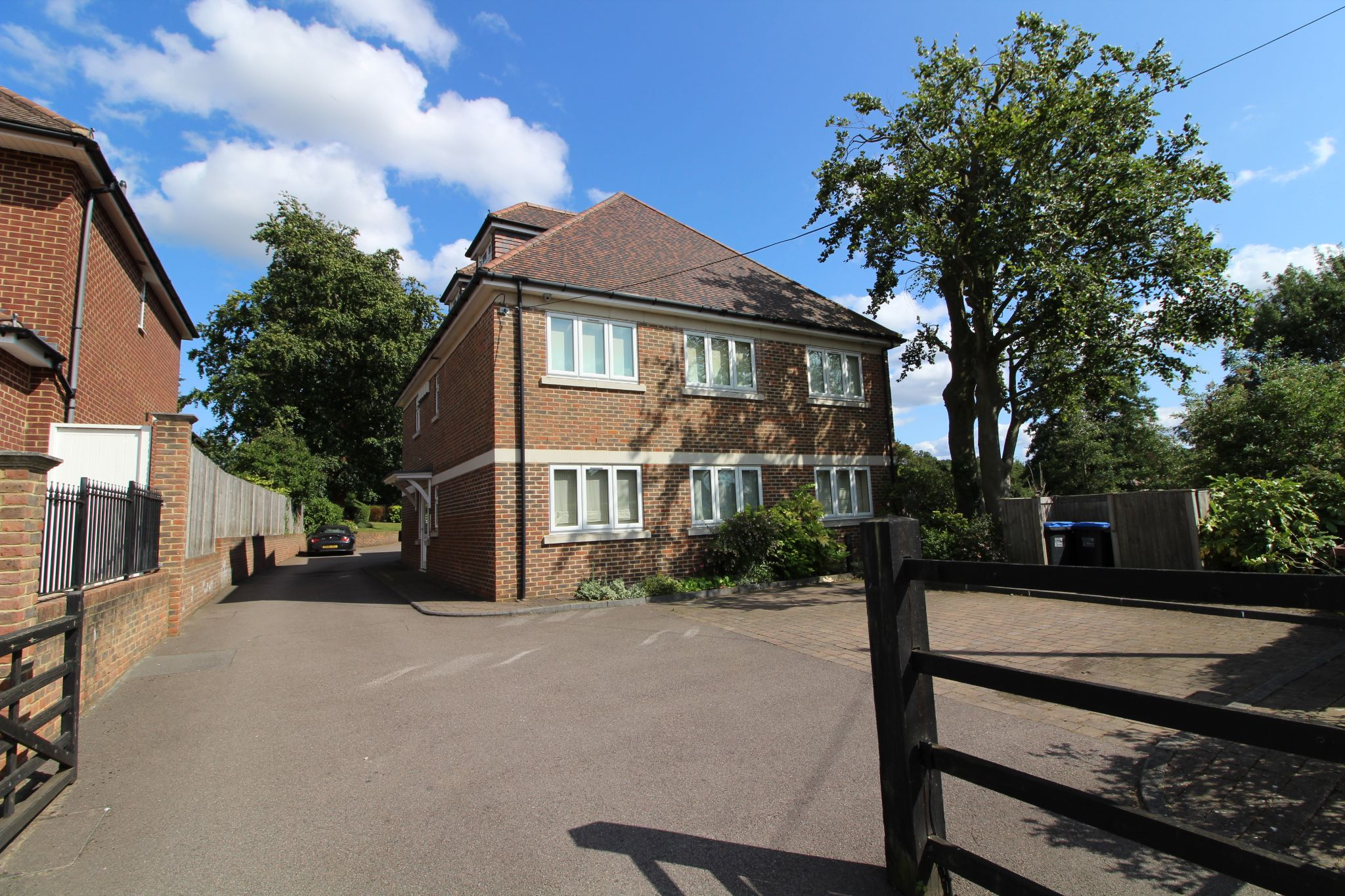 2 bedroom ground floor flat/apartment For Sale in Brookmans Park - Property photograph