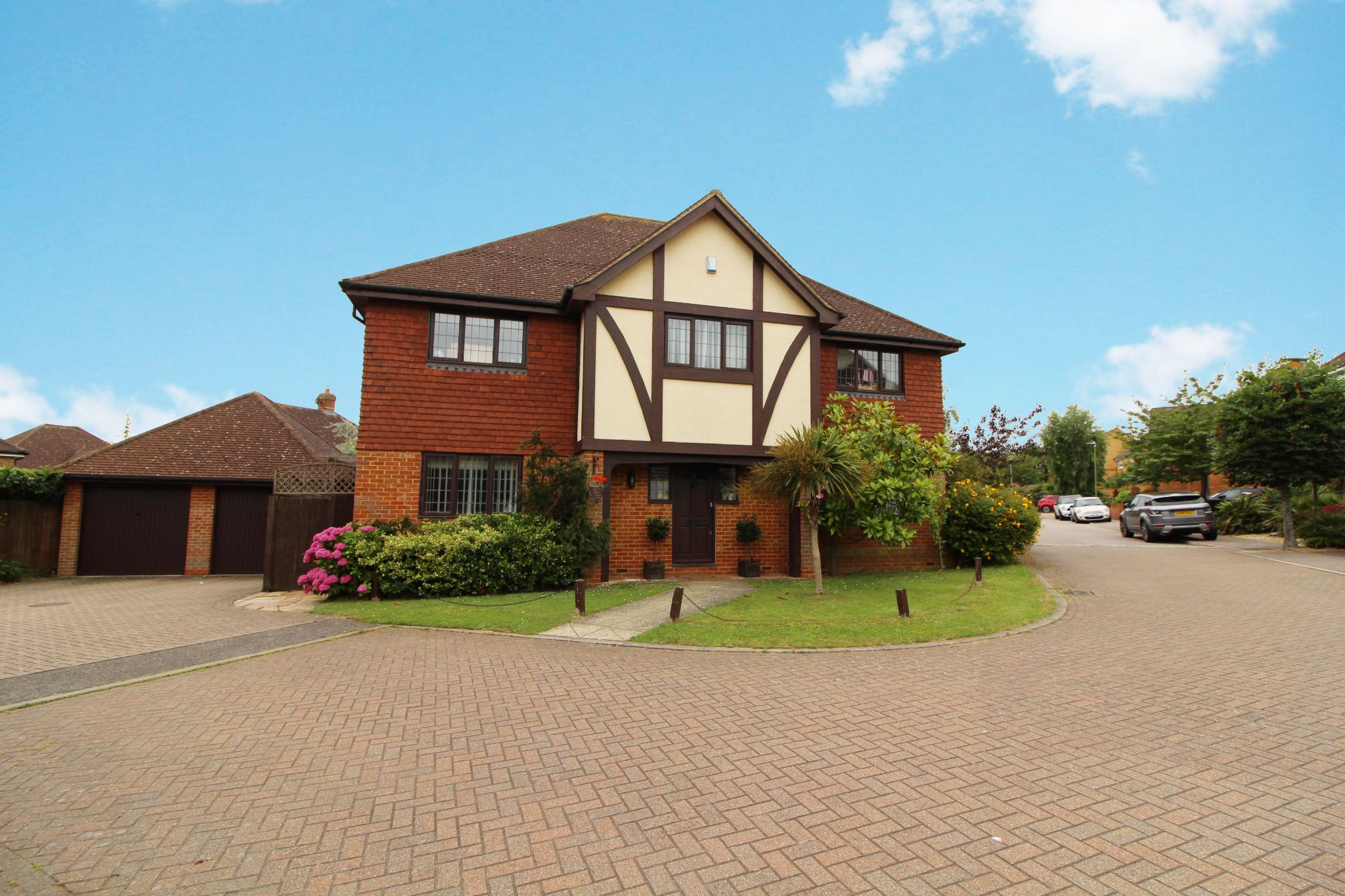 5 bedroom detached house For Sale in West Cheshunt - Property photograph