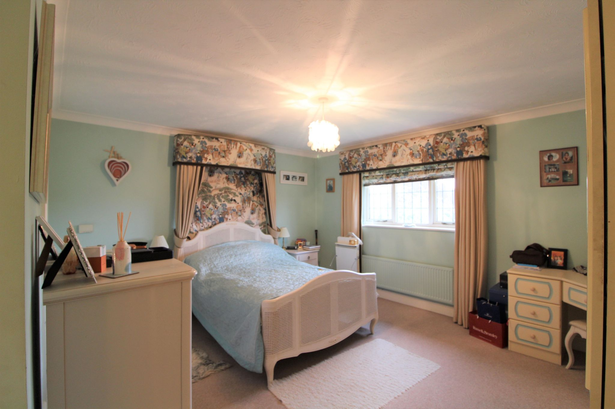 5 bedroom detached house For Sale in West Cheshunt - Photograph 8