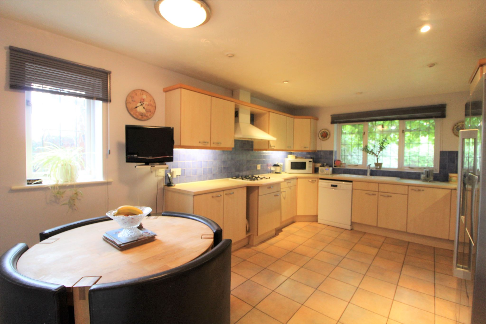 5 bedroom detached house For Sale in West Cheshunt - Photograph 5