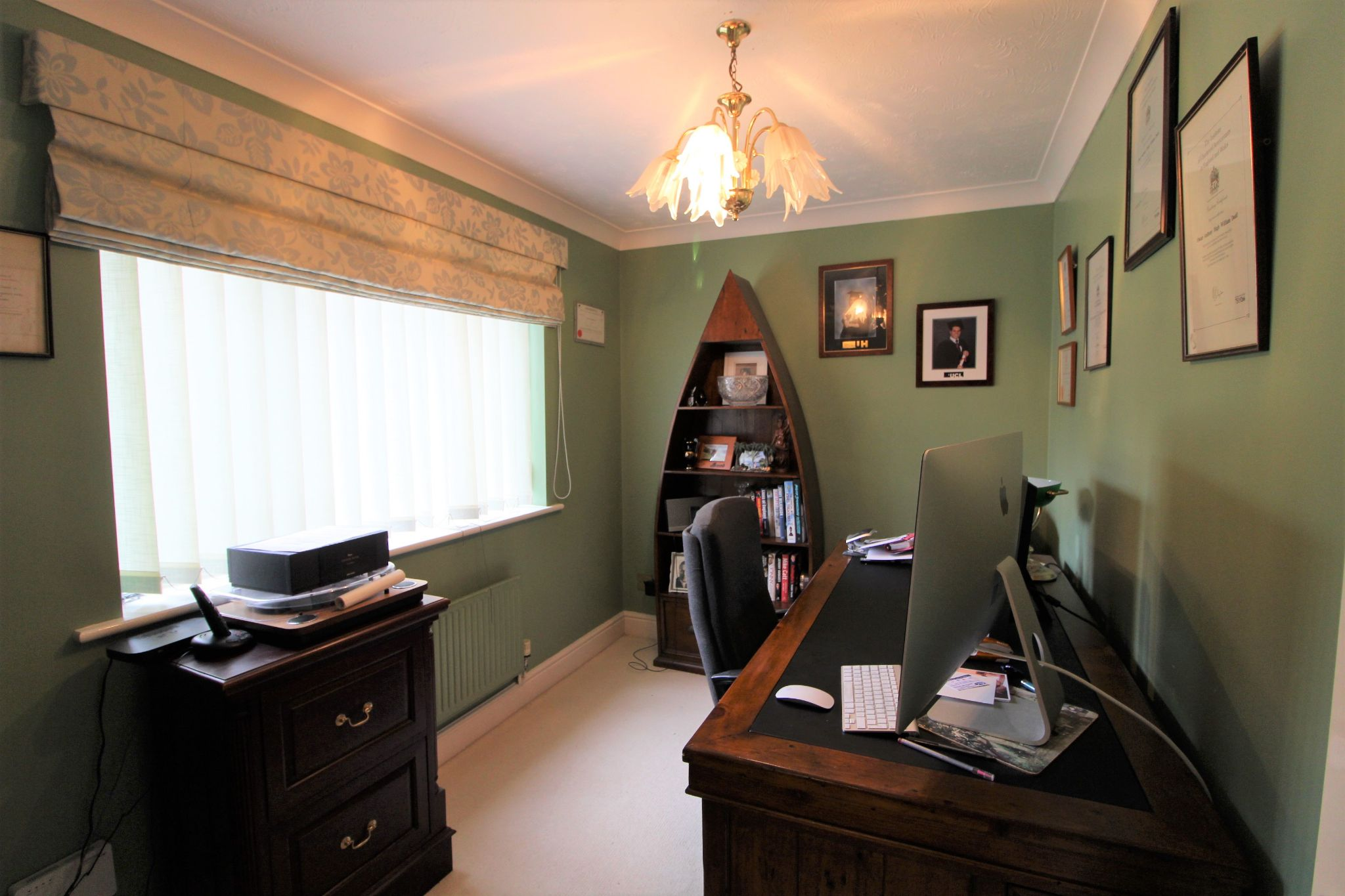 5 bedroom detached house For Sale in West Cheshunt - Photograph 6