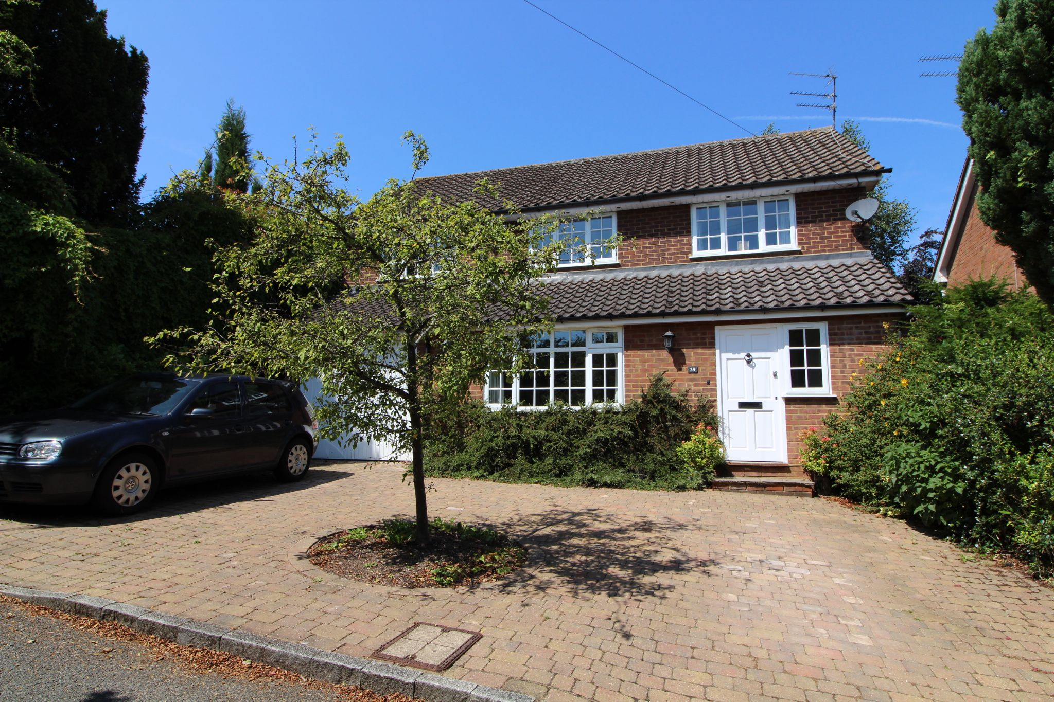 4 bedroom detached house For Sale in Northaw - Property photograph
