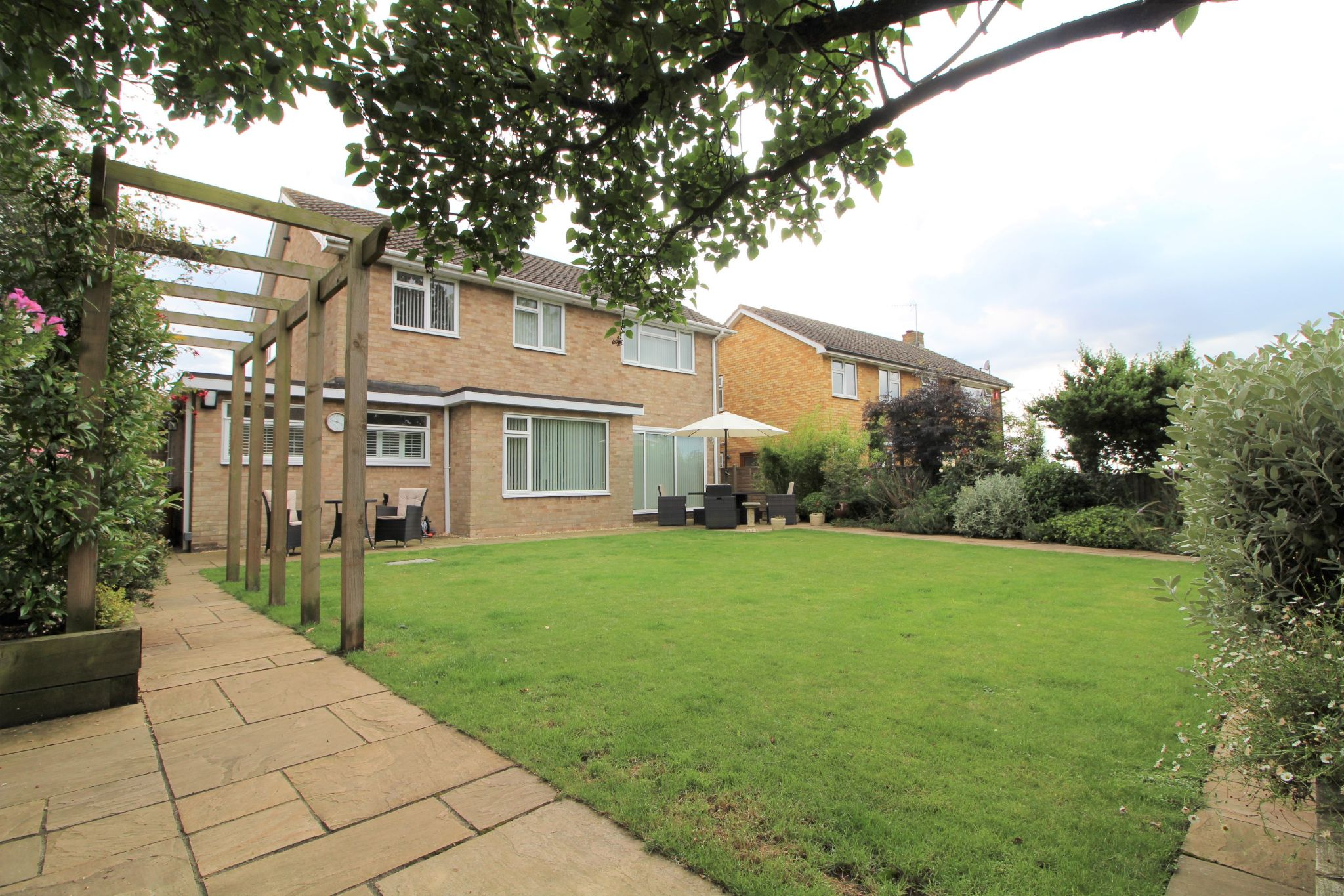 4 bedroom detached house Sale Agreed in Potters Bar - Photograph 1