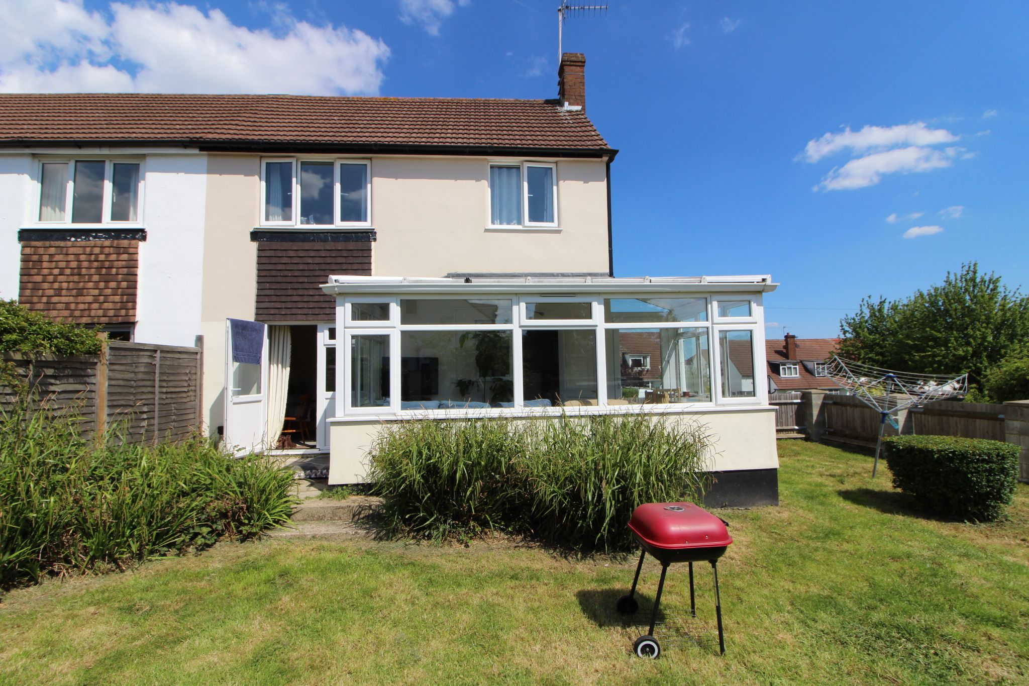 3 bedroom semi-detached house For Sale in Potters Bar - Property photograph
