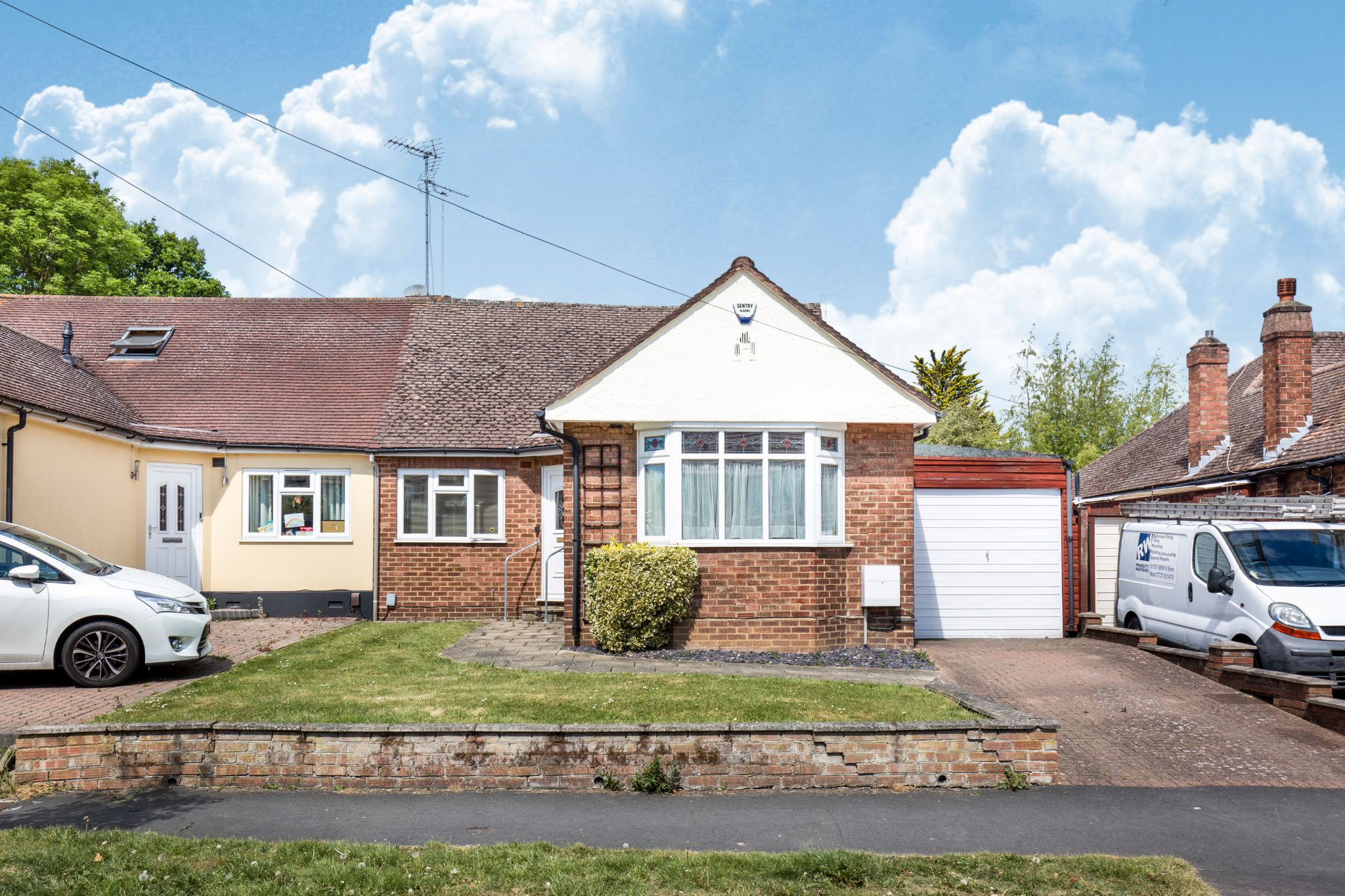 4 bedroom semi-detached bungalow For Sale in Potters Bar - Property photograph