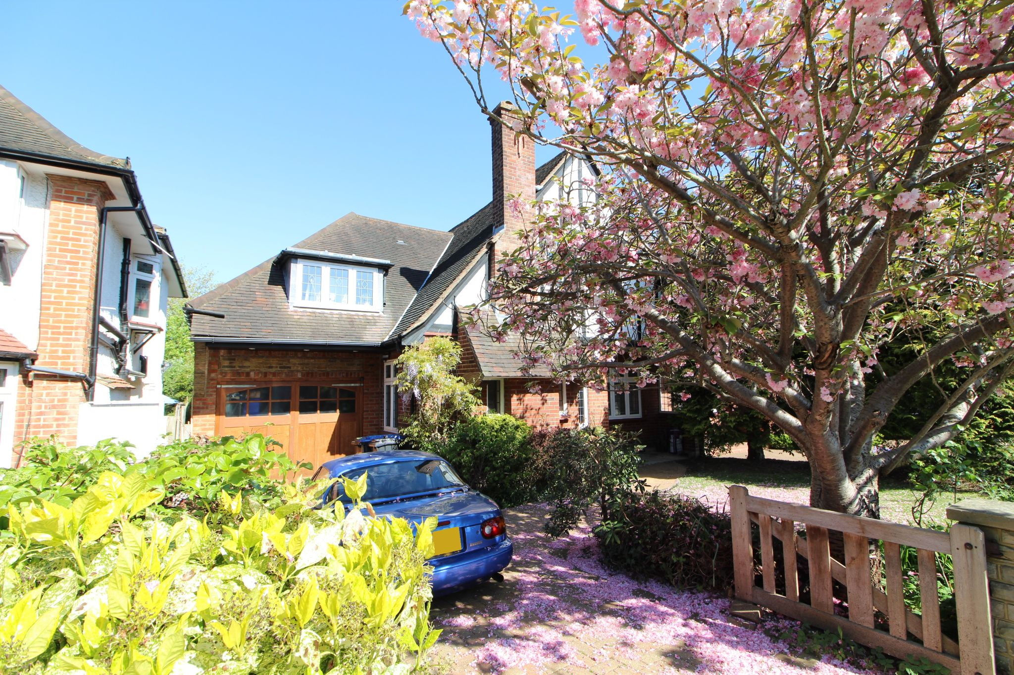 4 bedroom semi-detached house For Sale in Southgate - Property photograph