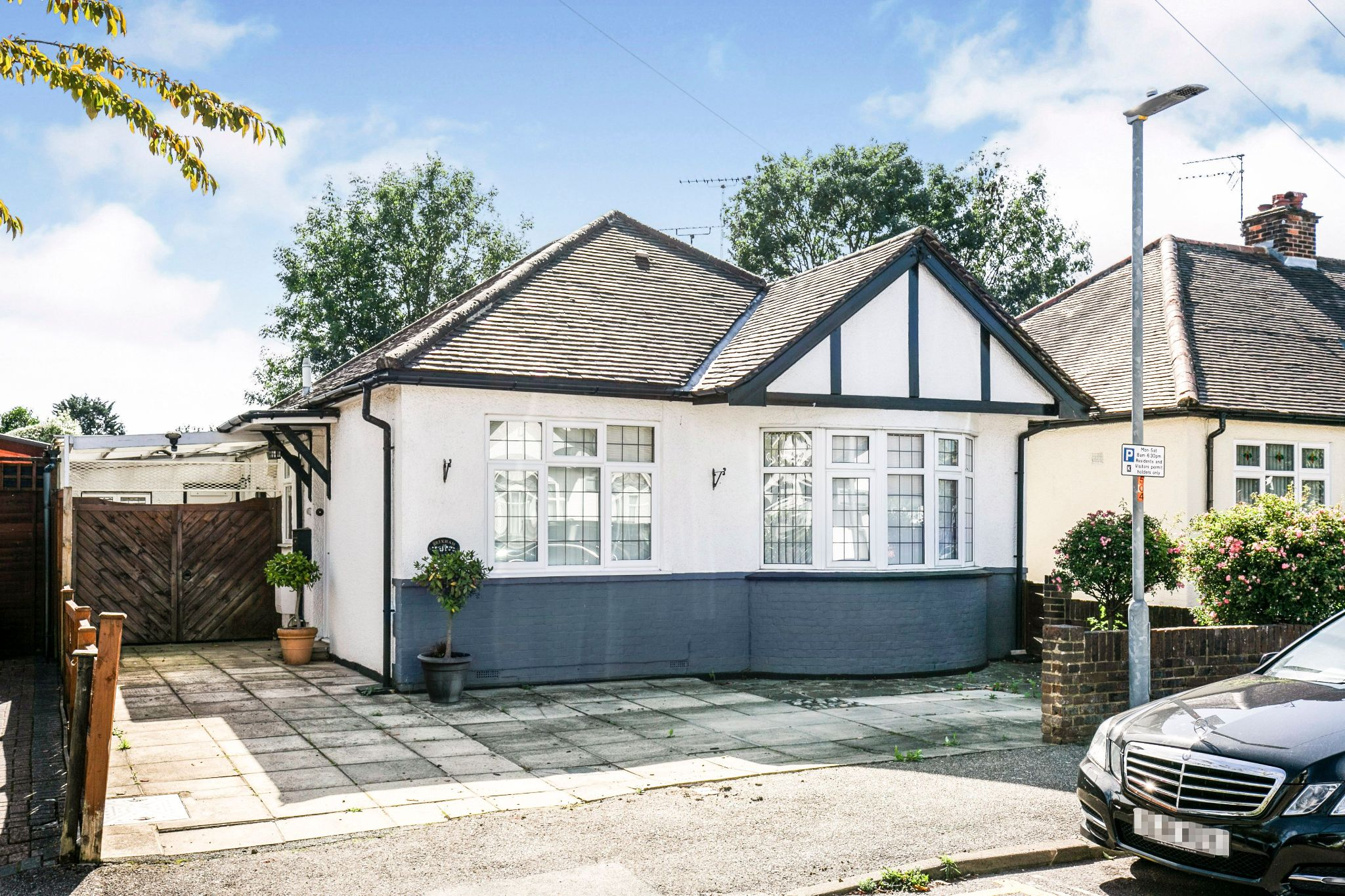 3 bedroom detached bungalow For Sale in Potters Bar - Property photograph