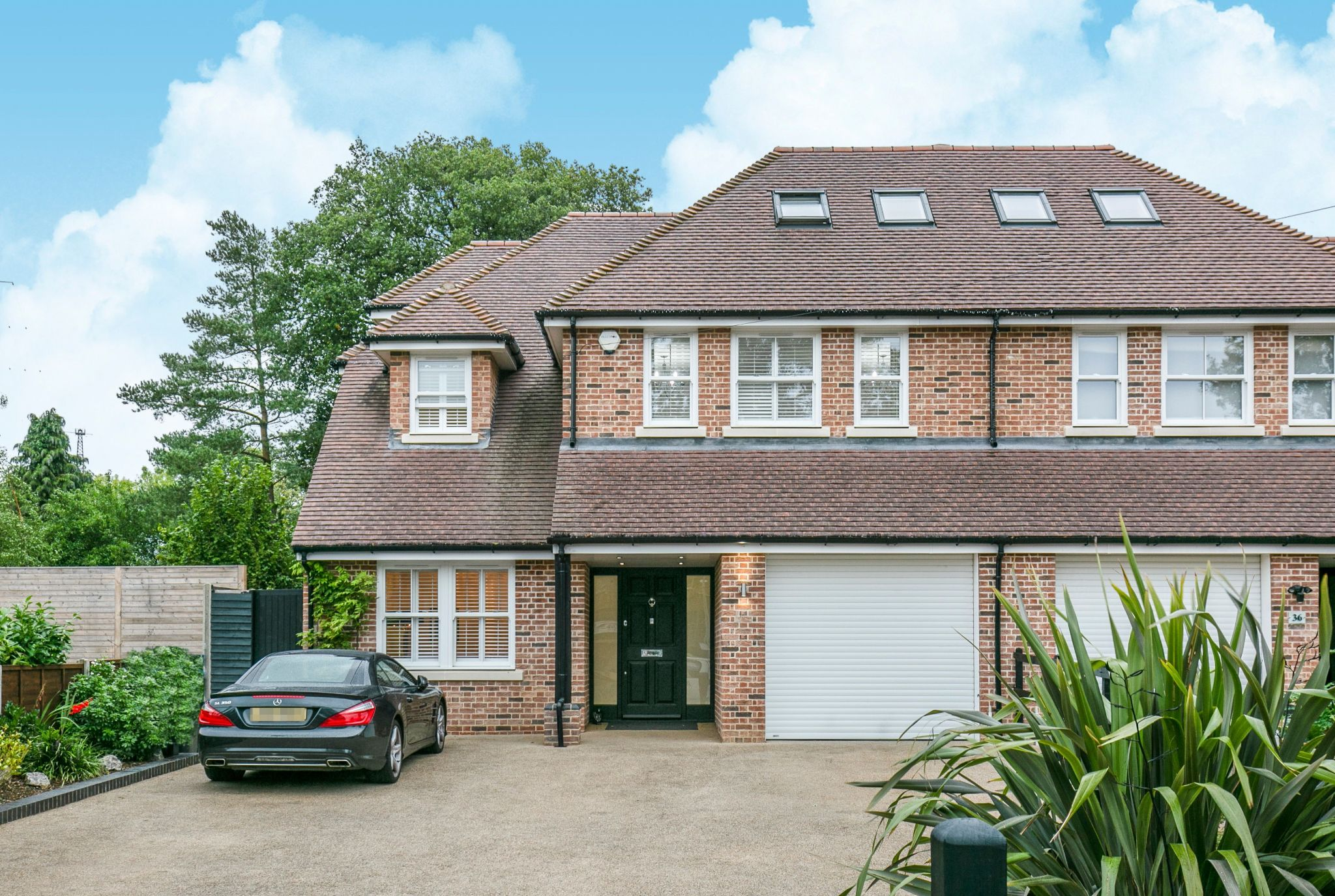 5 bedroom semi-detached house Sale Agreed in Brookmans Park - Photograph 1