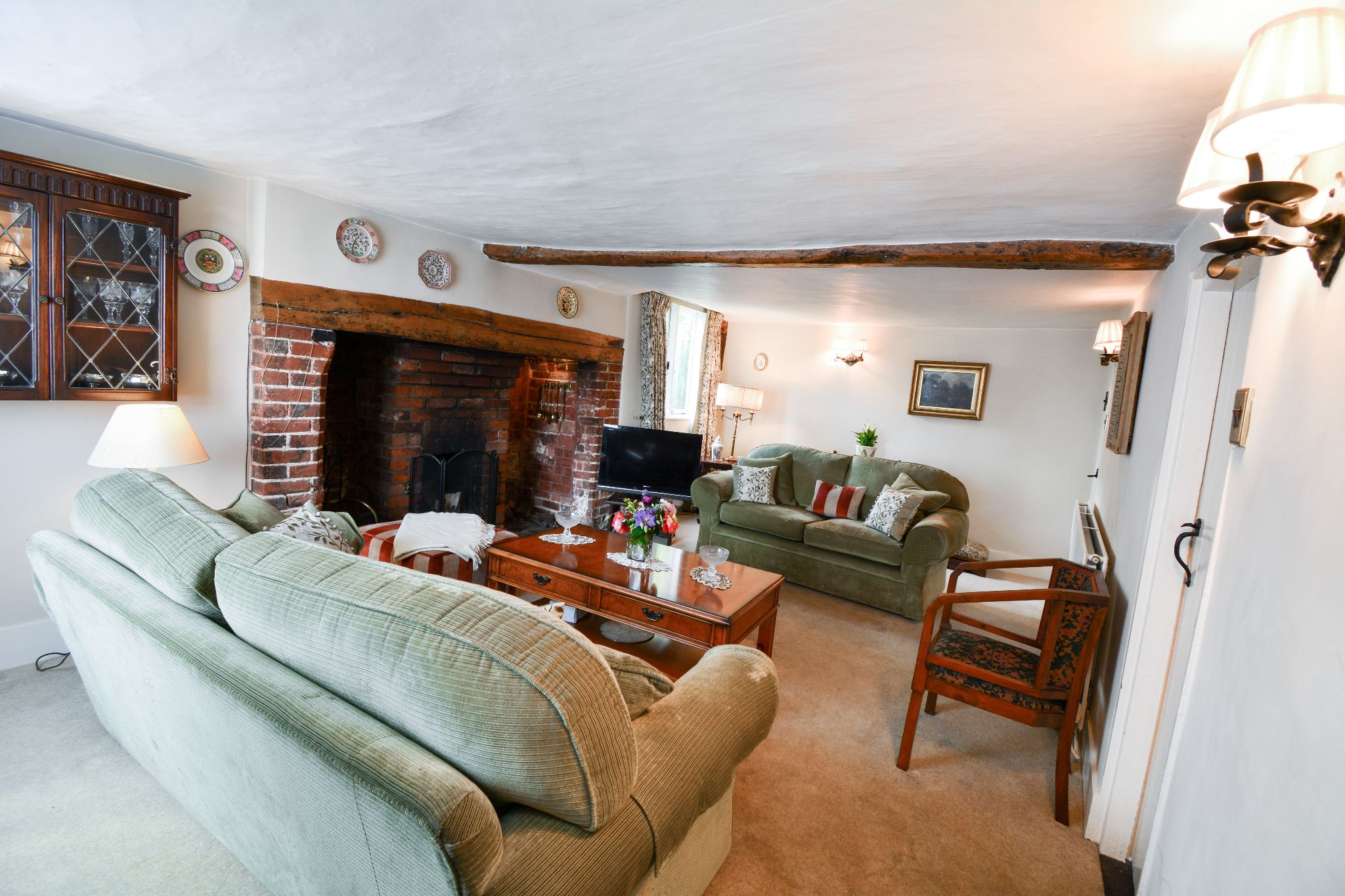 4 bedroom detached house For Sale in Welham Green - Property photograph