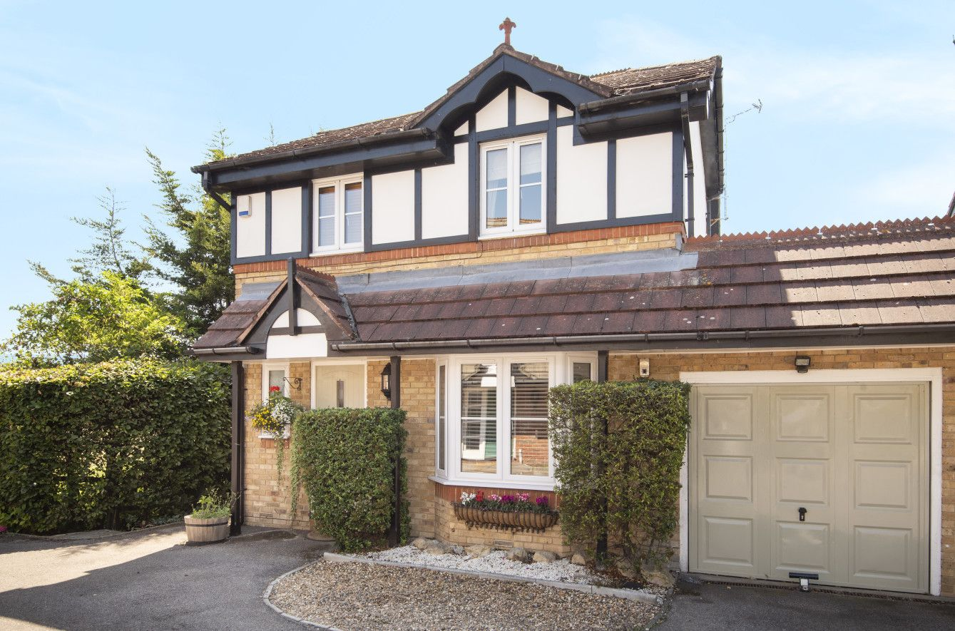 4 bedroom detached house For Sale in Arkley - Property photograph
