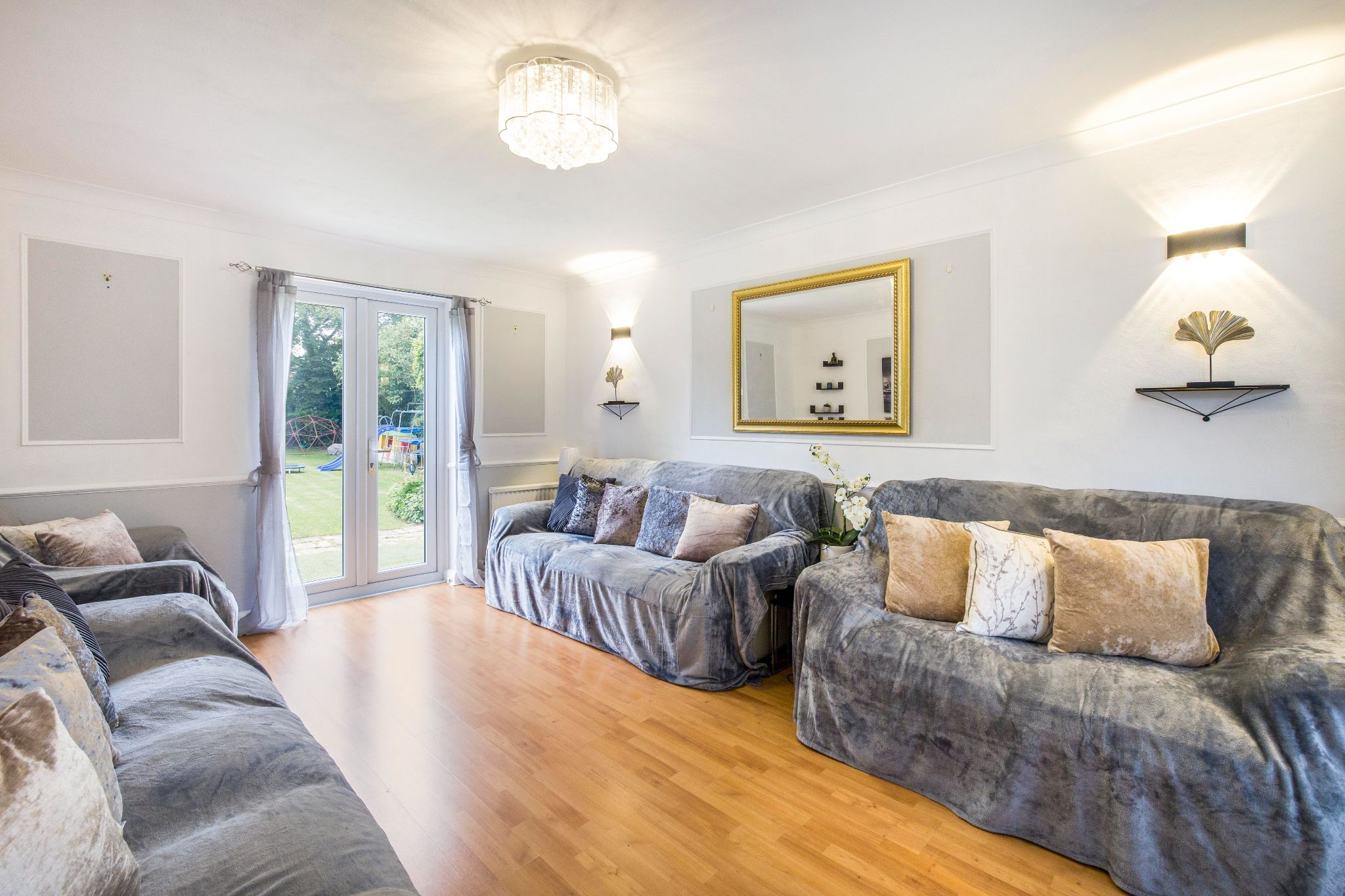 3 bedroom detached house Sale Agreed in Brookmans Park - Photograph 6