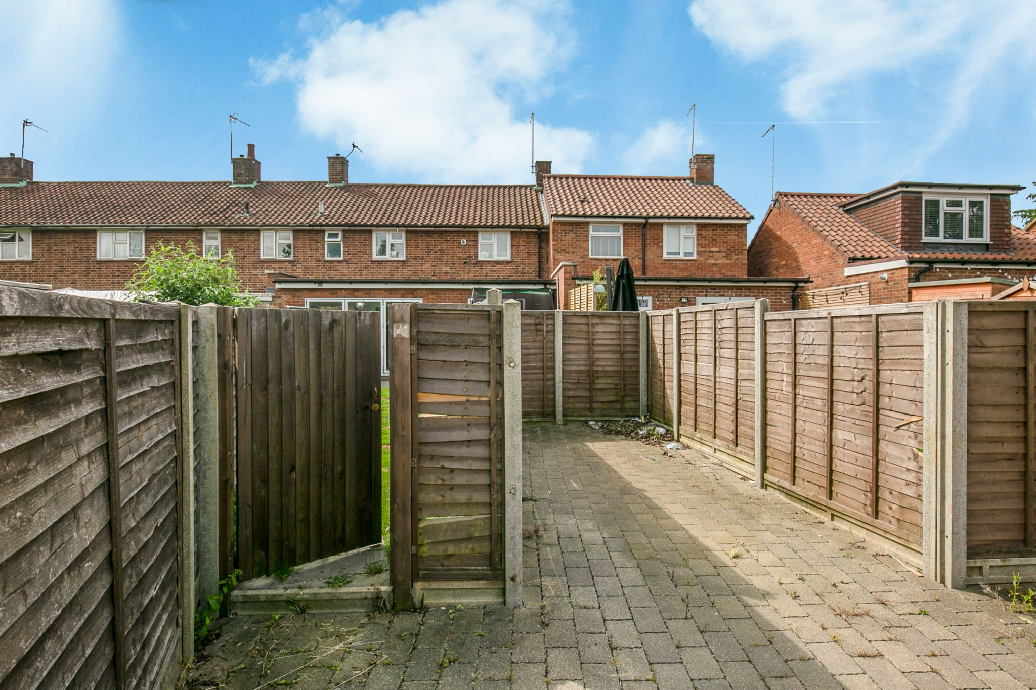 3 bedroom mid terraced house For Sale in Hatfield - Photograph 3