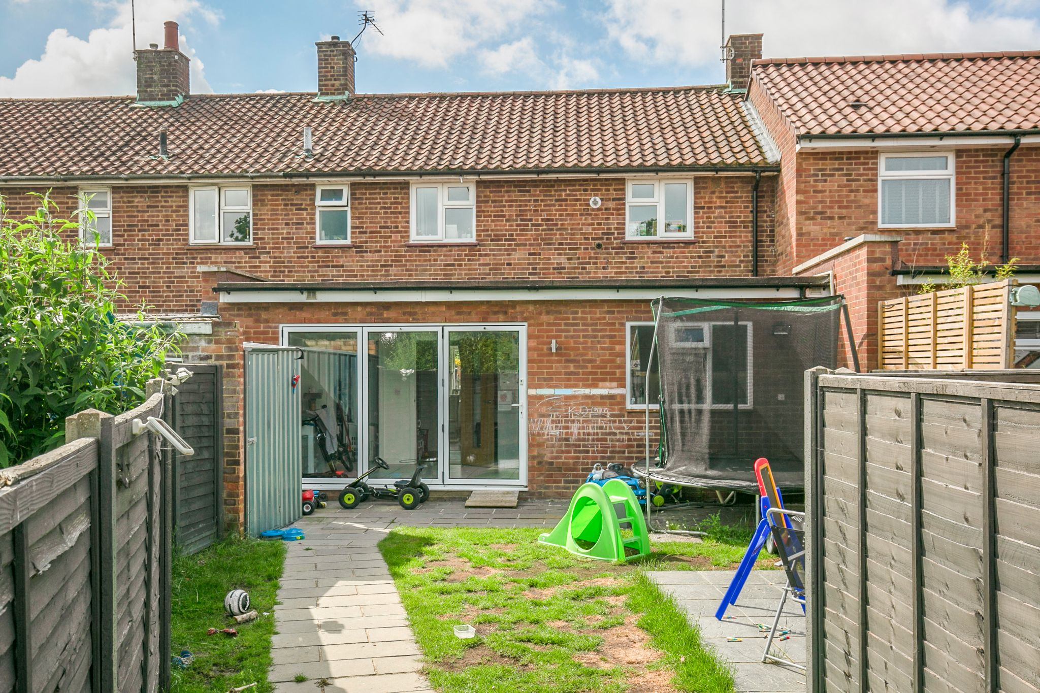 3 bedroom mid terraced house For Sale in Hatfield - Photograph 2