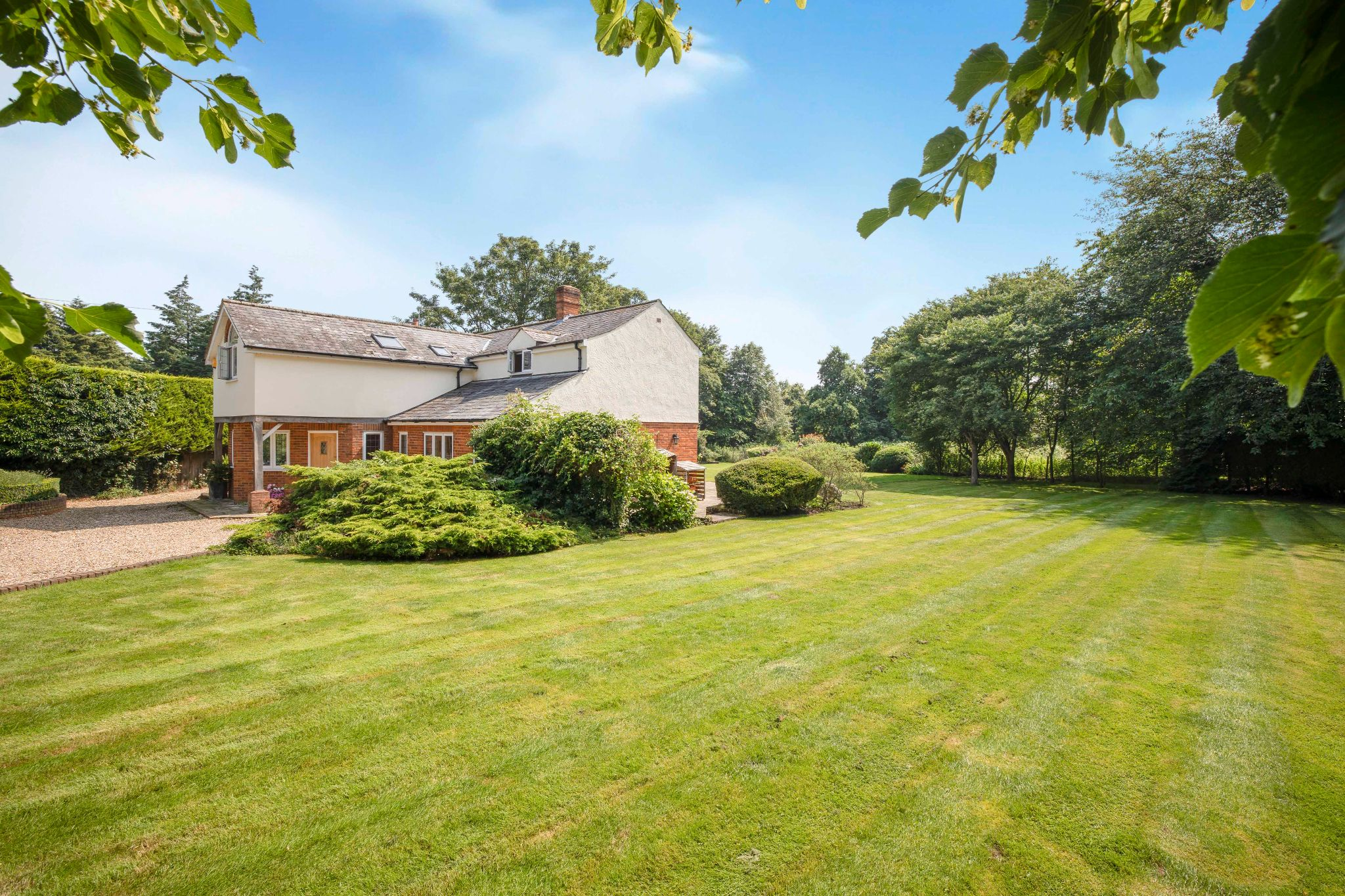 5 bedroom detached house Sale Agreed in Hertford - Photograph 12
