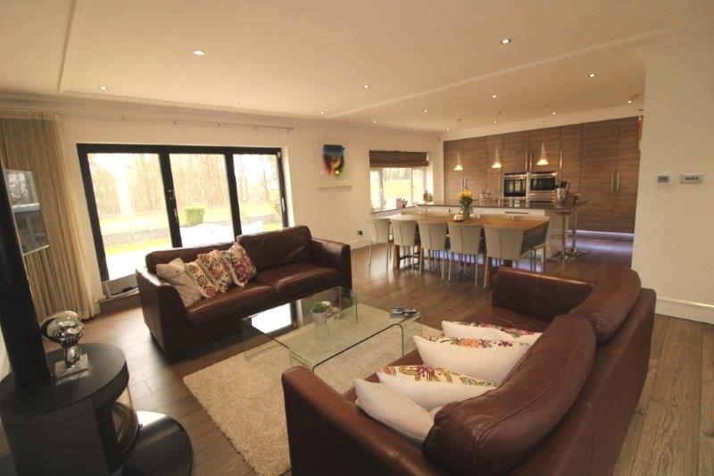 4 bedroom detached bungalow For Sale in Northaw - Property photograph