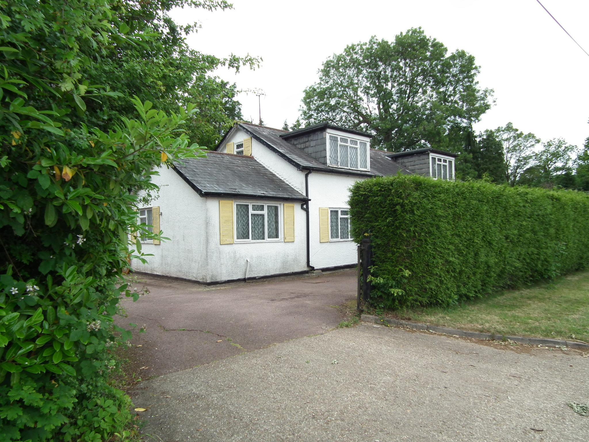 4 bedroom detached bungalow For Sale in Brookmans Park - Property photograph
