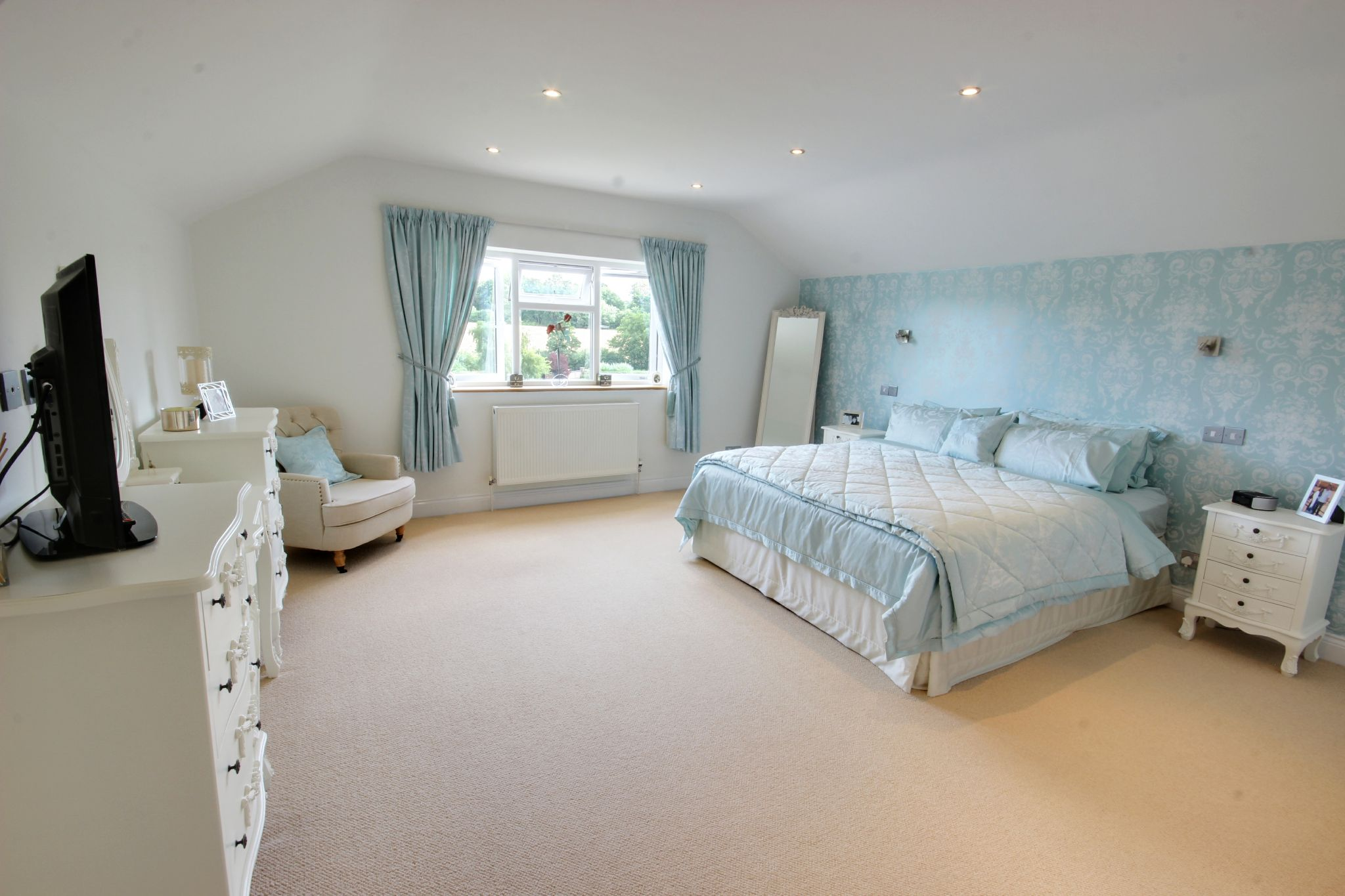 5 bedroom detached house SSTC in North Mymms - Photograph 8