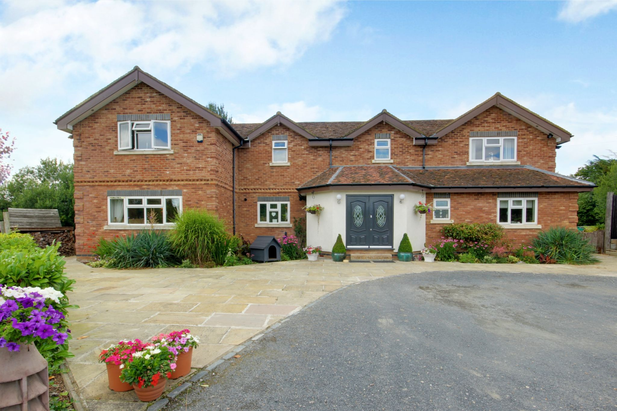 5 bedroom detached house SSTC in North Mymms - Photograph 2