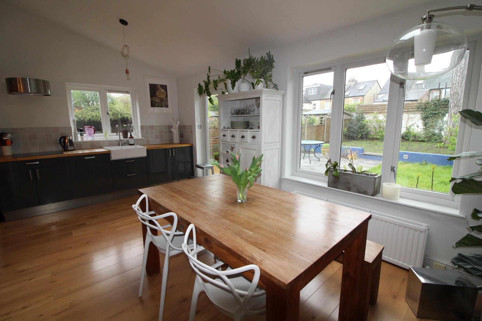 3 bedroom semi-detached house Sale Agreed in Welwyn Hatfield - Property photograph
