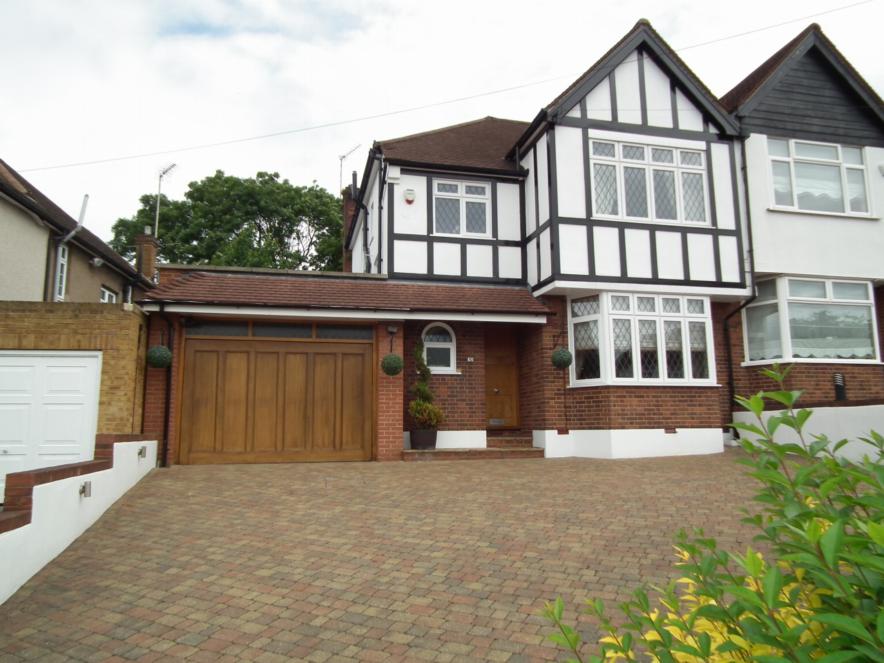 3 bedroom semi-detached house For Sale in Cockfosters - Property photograph
